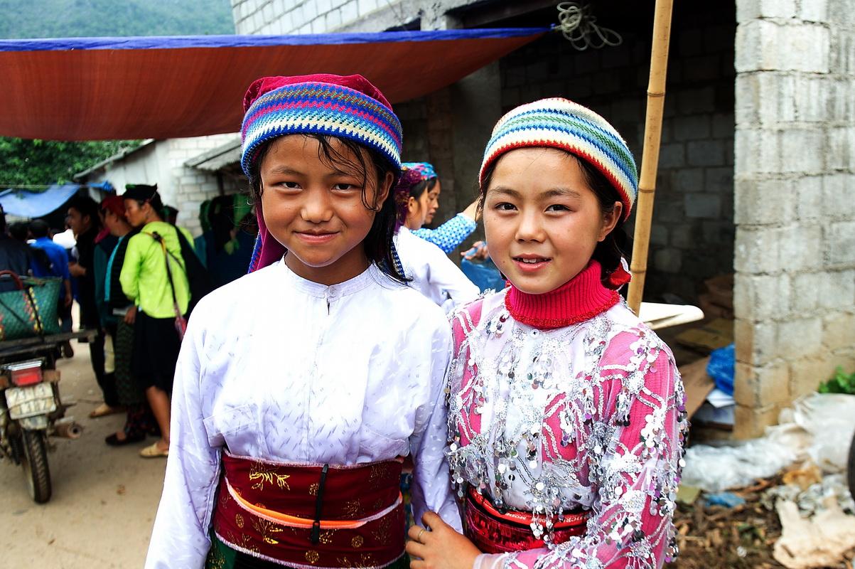 les filles ethniques au marché de Lung Phin Ha Giang