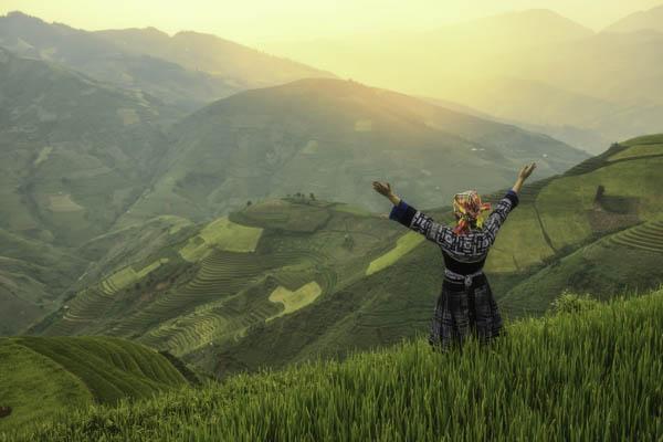une femme dans rizieres en terasses à mu cang chai