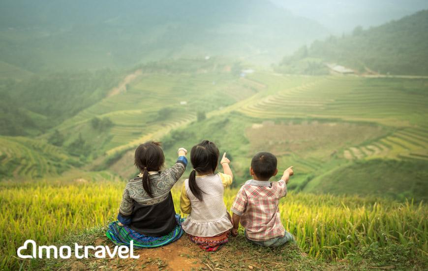 enfants dans les rizieres en terasses à sapa