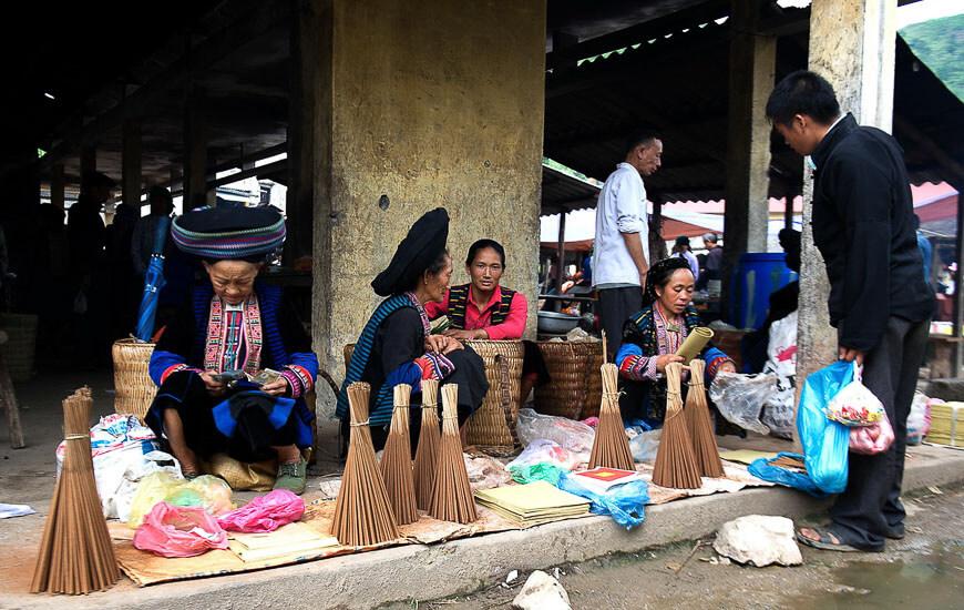 Venditrice dell'incenso al Mercato di Lung Phin, Ha Giang, Vietnam