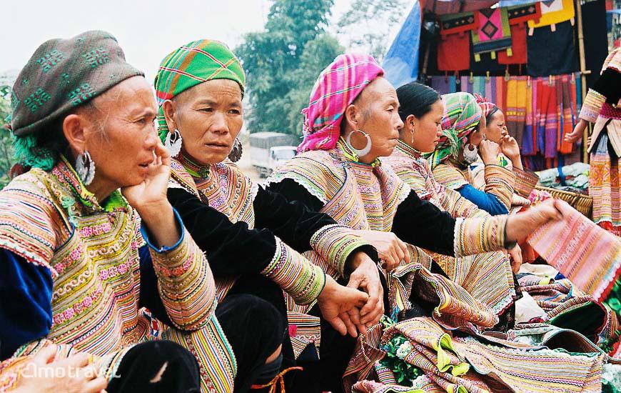 Venditrice dei vestiti tradizionali della genti di Hmong Fiorti al mercato di Can Cau