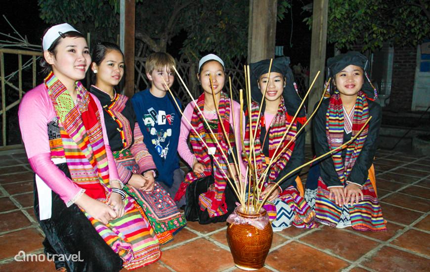 Danza con la gente Thai Bianca a Mai Chau Vietnam