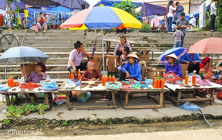 Il mercato di Bac Ha. Venditrice di salsa di peperoncino