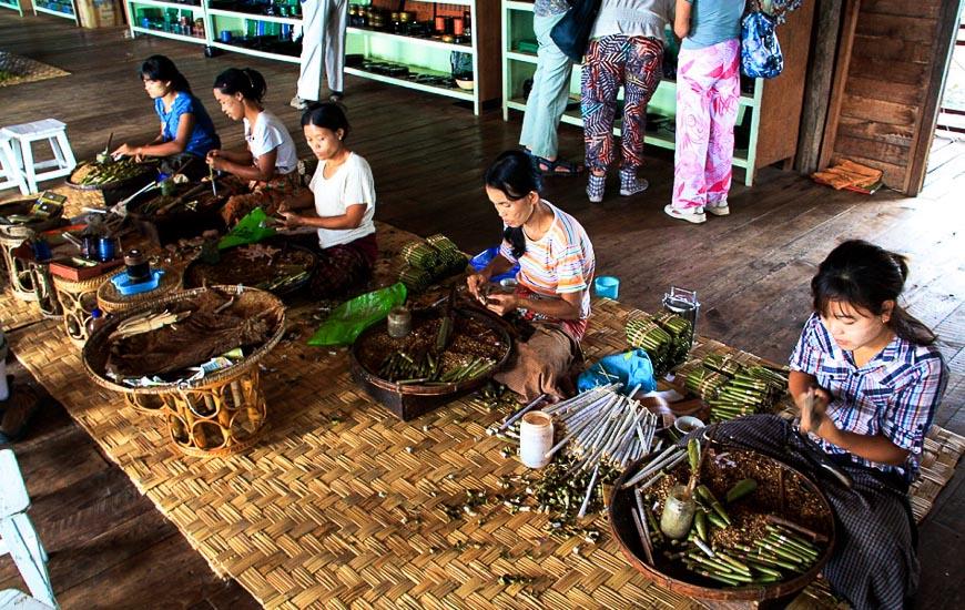 Le donne sta arrotolando abilmente i sigari sul lago Inle Myanmar
