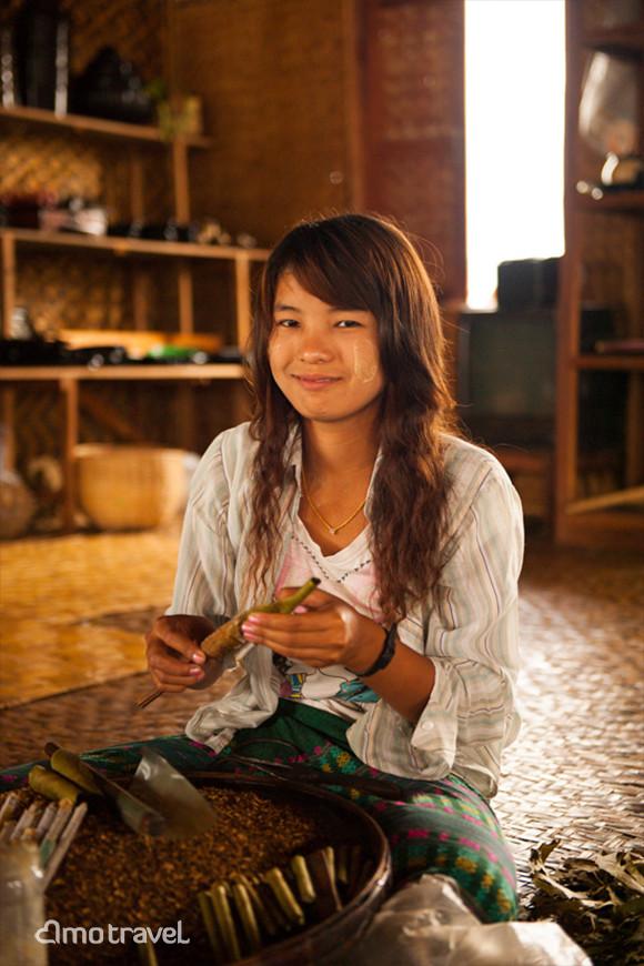 Le ragazza sta arrotolando abilmente i sigari sul lago Inle Myanmar