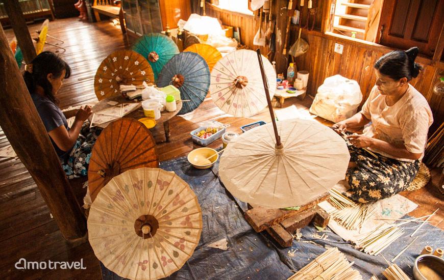 Lavoro dell'ombrello sul lago Inle Myanmar